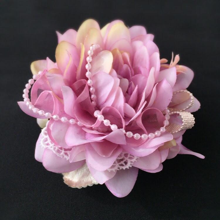 上品で華やかなコサージュダブルリボン(ピンクパープル)の画像