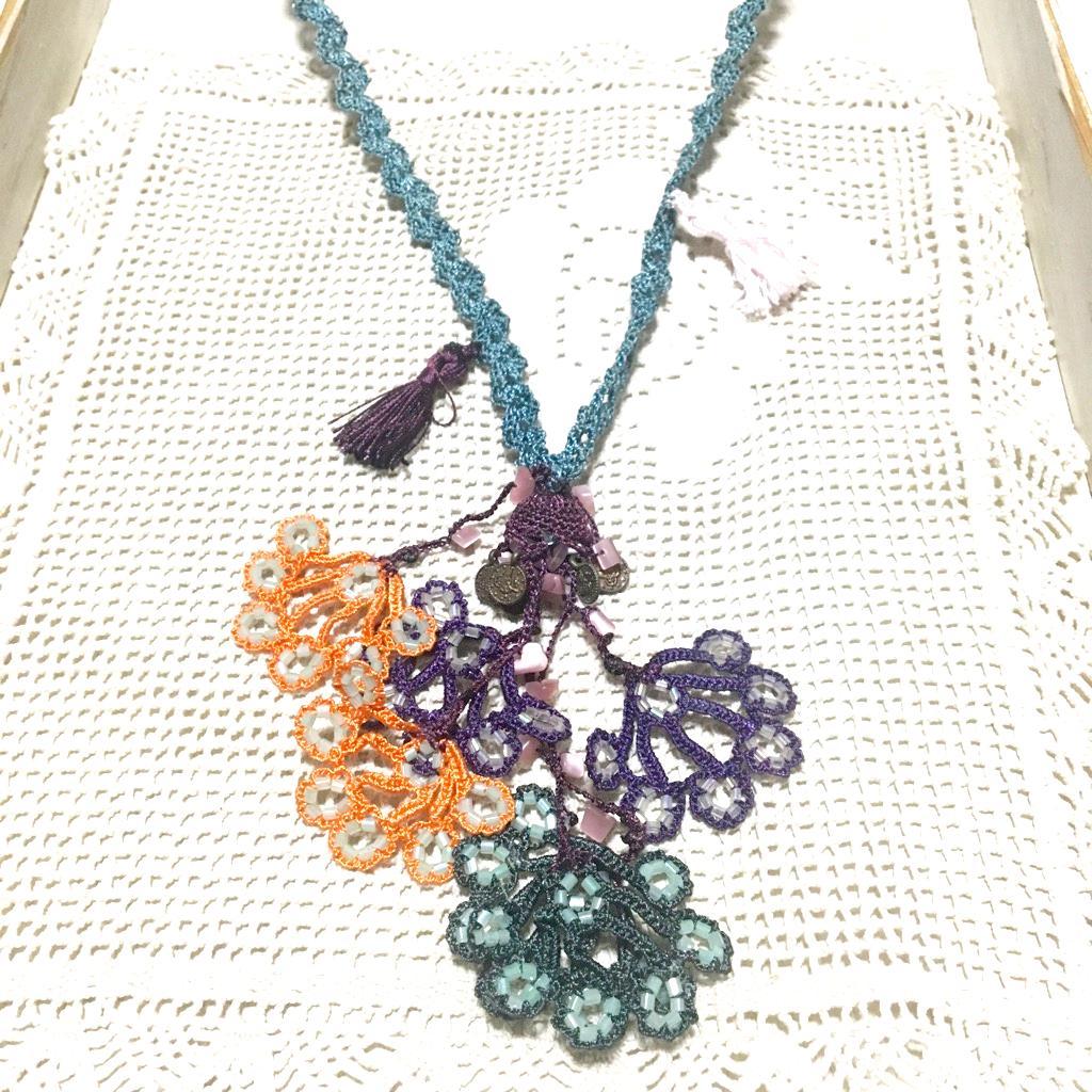 孔雀のモチーフ手編みロングネックレスの画像