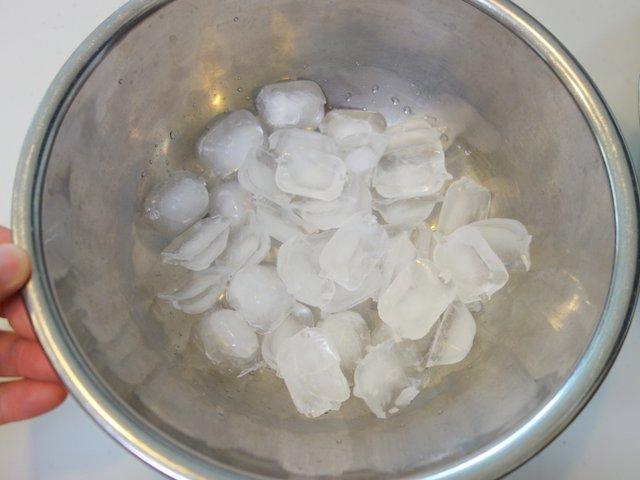 片方のボウルに氷をいれます