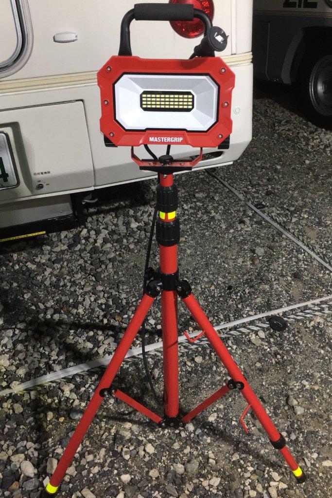 三脚付きLED投光器1組の画像