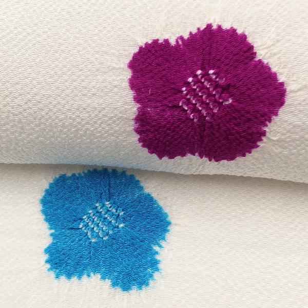 衿秀 帯揚げ 絞りの梅 白よごし地に青と梅紫 <即日発送可>画像